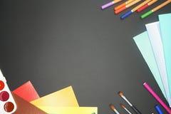 Merci per la scuola: matite, spazzole, taccuini fotografie stock libere da diritti