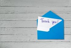 Merci pour carder et l'enveloppe sur le fond en bois photographie stock libre de droits