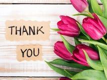 Merci pour carder et le bouquet de tulipe photo stock