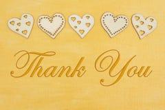 Merci que le message avec les coeurs en bois a en main peint l'or affligé photographie stock libre de droits