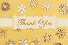 Merci que le message avec les pétales en bois de fleur a en main peint l'or affligé photos stock
