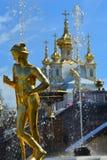 Mercury Capitoline och kyrklig byggnad i Peterhof, St Petersburg, Ryssland Royaltyfri Fotografi