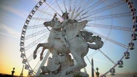 Mercury che guidano la statua di Pegaso e la ruota panoramica gigante in Tuileries fanno il giardinaggio, Parigi archivi video