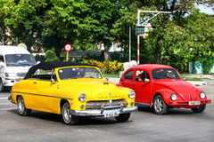 Mercury Eight und Volkswagen Beetle Stockbilder