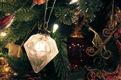 Mercury Glass-Verzierung auf Weihnachtsbaum lizenzfreie stockfotografie