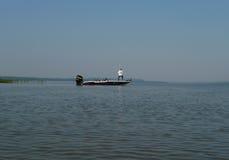 Mercury Pro XS på fiskebåten med den okända fiskaren royaltyfria bilder