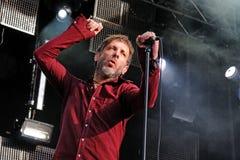 Mercury Rev zespołu piosenkarz pije czerwone wino podczas jego występu przy Matadero de Madryt Zdjęcie Royalty Free