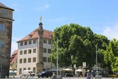 Mercury-` s Spalte und altes Kanzleramt morgens Schlossplatz, Stuttgart, Deutschland lizenzfreie stockbilder