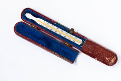 Mercury termometr w starym powyginanym pudełku na białym tle Zdjęcie Stock