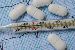Mercury-Thermometer und -vitamine auf dem Tisch lizenzfreie stockfotos