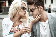 Merde fine d'un jeune coulple de baiser Photo stock