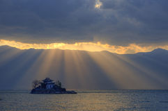 Meren - de tempel - zon - wolken Stock Afbeelding