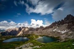 Meren door bergen, Dolomiet, Italië dichtbij worden omringd dat Stock Foto's