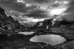 Meren door bergen, Dolomiet, Italië dichtbij worden omringd dat Royalty-vrije Stock Foto