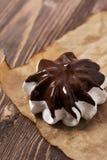 Merengue com close-up do chocolate no pergaminho imagens de stock royalty free