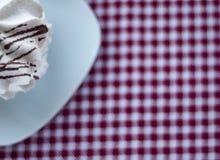 Merengue com listras do chocolate em uma bacia do ceramik fotos de stock royalty free
