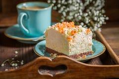 A merengue deliciosa e doce serviu na porcelana azul fotos de stock