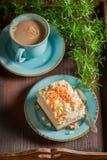 A merengue doce serviu na porcelana azul com café fotografia de stock royalty free