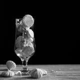 Merengue en un vidrio, blanco y negro Fotografía de archivo