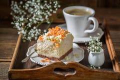 A merengue saboroso e doce serviu na porcelana azul foto de stock