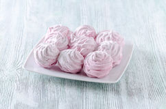Merengues bonitas da rosa da cor pastel, zéfiros, marshmallows na tabela de madeira do vintage fotos de stock royalty free