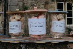 Merengues caseiros para a venda na vila pequena de Lacock, Inglaterra fotos de stock