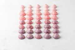 Merengues coloridos da morango e do mirtilo em s violeta-cor-de-rosa Imagens de Stock Royalty Free