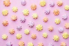 Merengues en el fondo rosado en colores pastel, plantilla de la comida foto de archivo libre de regalías