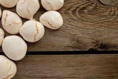 Merengues na tabela de madeira Foto de Stock