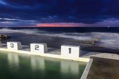 Merewether Oceaanbaden - Iconische Startblokken bij Zonsopgang royalty-vrije stock afbeeldingen