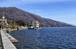 Mergozzo Piedmont, Italien Mars 2019 Lakesidepromenaden arkivbilder