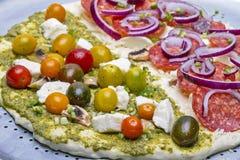 Merguez crude e pasta casalinga della pizza di Naan di pesto Fotografia Stock