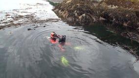 Mergulhador com a câmera na água Alaska filme
