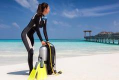 Mergulhador de mergulhador fêmea em uma praia tropical fotos de stock royalty free