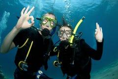 Mergulhador de mergulhador do homem e da mulher foto de stock