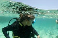 Mergulhador de mergulhador fêmea na superfície fotos de stock royalty free