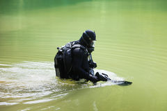 Mergulhador de mergulhador que veste a máscara protetora completa Imagens de Stock Royalty Free
