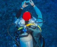 Mergulhador de mergulhador, swimmnig para baixo foto de stock royalty free