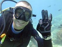 Mergulhador de sorriso do homem sob a água Imagens de Stock Royalty Free