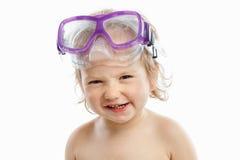 Mergulhador do bebê na máscara da natação com um retrato feliz do close-up da cara, no branco fotos de stock royalty free