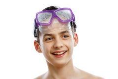 Mergulhador do menino na máscara da natação com um retrato feliz do close-up da cara, isolado no branco Fotografia de Stock Royalty Free