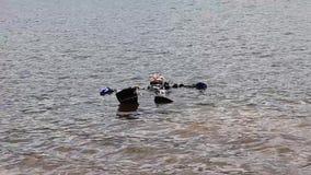 Mergulhador entra na água do lago da montanha técnicas de treino para socorros imersão em água fria vídeos de arquivo