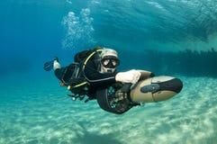 Mergulhador fêmea no 'trotinette' subaquático Fotos de Stock