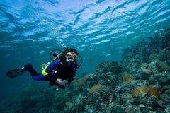 Mergulhador fêmea sobre o recife coral Imagem de Stock Royalty Free
