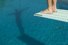 Mergulhador masculino pronto para um mergulho Imagens de Stock