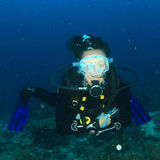 Mergulhador - menina de sorriso debaixo d'água fotografia de stock royalty free
