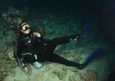 Mergulhador - menina subaquática foto de stock