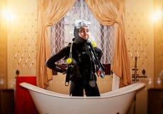 Mergulhador na engrenagem de mergulho, ilha de deserto no fundo fotos de stock