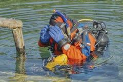 Mergulhador na imersão praticando do terno molhado no lago foto de stock royalty free