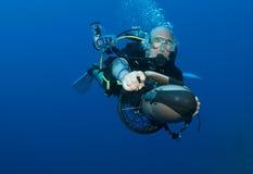 Mergulhador no 'trotinette' subaquático fotografia de stock